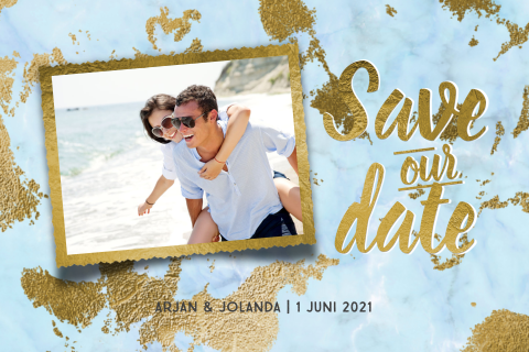 Zomerse save the date aan het strand in turquoise blauw